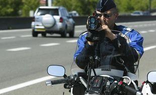 Un policier contrôle la vitesse des véhicules à Lyon en 2011.