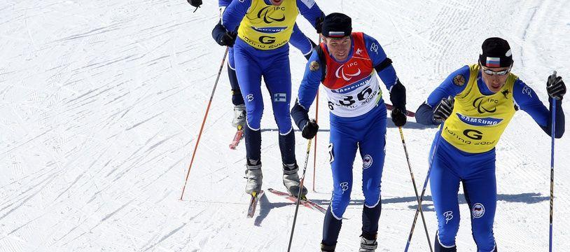 Des skieurs, lors de l'épreuve de 7,5km de biathlon dans la catégorie des malvoyants