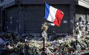 Un drapeau tricolore flotte devant le restaurant parisien Le Petit Cambodge, l'un des 6 lieux visés par les attaques terroristes du 13 novembre 2015, revendiquées par Daesh.