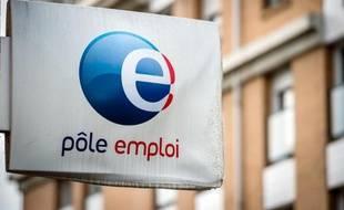 """Un nouveau record du chômage en France comme cadeau de bienvenue: Manuel Valls a prévenu dès mardi que les chiffres de juillet, que Pôle emploi dévoile mercredi au lendemain de la nomination du nouveau gouvernement, ne seraient """"pas bons"""""""