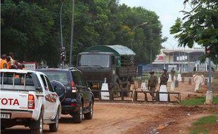 Des soldats français contrôlent l'entrée de l'aéroport de Bangui, en Centrafrique en août 2013.