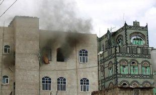 De la fumée s'échappe d'un bâtiment de Sanaa après une frappe aérienne imputée à la coalition menée par l'Arabie Saoudite, le 8 avril 2015