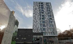 Une tour de logements du bailleur social LMH à Lille Sud.