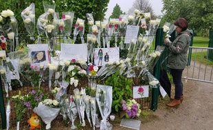 Les grilles du parc ont été recouvertes de roses en hommage à la petite Angélique.