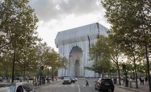 L'Arc de Triomphe empaqueté dans 25 000 mètres carrés de tissu recyclable.
