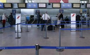 Des passagers attendent au comptoir d'enregistrement le 8 avril 2015 à l'aéroport de Nice, alors que des centaines de vols sont annulés du fait de la grève des aiguilleurs du ciel