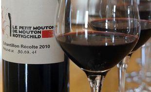 """FRANCE, Pauillac Une bouteille de """"Le Petit  Mouton de Mouton Rothschild"""", à Pauillac, le 1er avril 2011."""