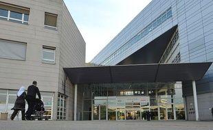 Le CHU de Lille où sont hospitalisés plusieurs enfants intoxiqués par des steaks hachés contaminés, le 17 juin 2011.