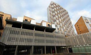 Des maisons ont été construites sur le toit d'un parking, dans le quartier de Villejean à Rennes. Un tour de 17 étages abritant des logements étudiants du Crous surplombe ces maisons du bailleur social Archipel Habitat.