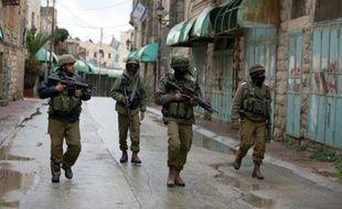 Des soldats israéliens patrouillent près de Beit Hadassah à Hébron le 29 octobre 2015