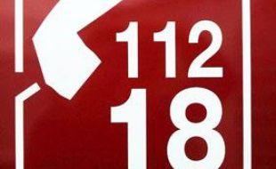 Un panneau rappelant les numéros d'appel d'urgence pour les pompiers, le 18 et le 112, est photographié sur un camion de pompiers, à Clermont-Ferrand, le 26 septembre 2007.