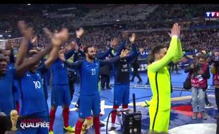 Lloris et l'équipe de France tapent un clapping au Stade de France.