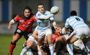 Le rugbyman du Racing Metro, Mathieu Lorée, sortant un ballon de la mêlée, lors d'un match du Top 14 contre toulon, le 6 décembre 2009.