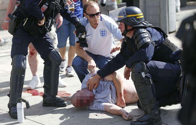 Le brigadier-chef Patrice Martin prend le pouls du supoprter blessé à Marseille, le 11 juin 2016.