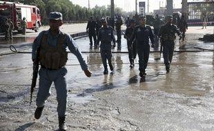Les policiers afghans inspectent le lieu de l'attentat suicide ce lundi 20 juin 2016.