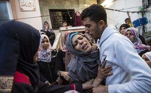 Rassemblement autour de la mère d'un jeune palestinien de 19 ans, mort sous les balles, le 14 mai.