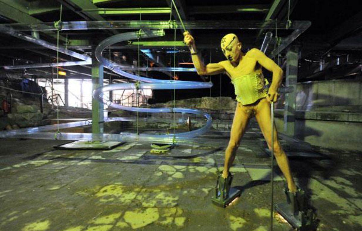 StevenCohen effectue une performance baptisée «Sans titre.Pour raisons légales et éthiques» lors du festival d'Avignon (Vaucluse) le 10 juillet 2012.  – GERARD JULIEN / AFP