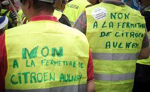 Manifestation de salariés devant le siège parisien de PSA Peugeot Citroën le 28 juin 2012.