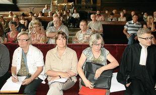 Les victimes de l'association SOS Irradiés et leur avocat.