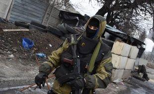 Un rebelle prorusse à un point de contrôle près de l'aéroport international Prokofiev, le 7 février 2015 à Donetsk