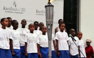 """Des enfants devant la """"flamme du souvenir"""", le 20 février 2014 à Rubavu, où des milliers de Tutsi ont été tués en 1994"""