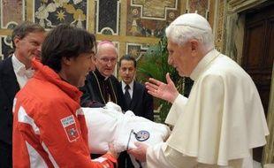 """Le pape Benoît XVI a fait l'éloge du ski qui aide à développer """"la ténacité pour surmonter les difficultés"""" et se pratique dans un environnement """"qui nous fait sentir petits"""", ramenant l'homme à sa vraie dimension, en recevant une délégation de moniteurs lundi."""