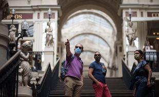 Des visiteurs masqués dans le passage Pommeraye à Nantes.