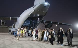 Des civils évacués à laéroport de Kaboul, en Afghanistan, par larmée française dans lopération Apagan, le 26 août 2021.
