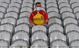 Un supporter lensois seul au monde dans les gradins de Bollaert, avant le retour des huis clos dans les stades.