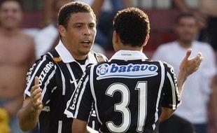 Ronaldo (Corinthians) fête avec Dentinho le but qu'il vient de marquer contre Sao Paulo, lors d'une rencontre du championnat du Brésil, le 27 septembre 2009.