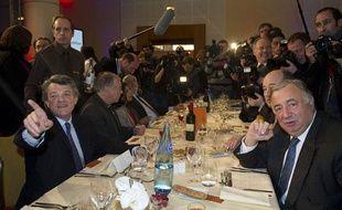 Jean-Louis Borloo (G) participe  avec le président du Sénat Gérard Larcher (D) à un «dîner de la République» le 9 décembre 2010 à Paris.