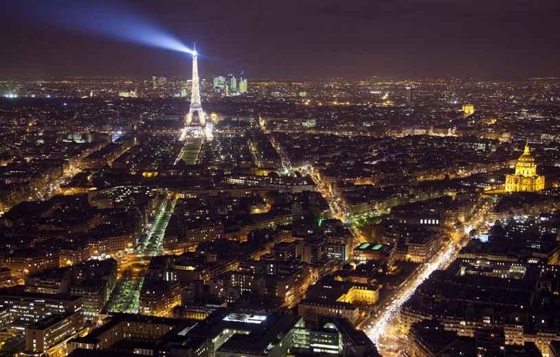 Video la tour eiffel les invalides concorde paris survol e par cinq drones dans la nuit - Bruit dans les combles la nuit ...