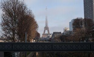 Paris, samedi 10 décembre 2016, la Tour EIffel sous un nuage de pollution aux particules fines.
