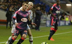 Valentin Vada à la lutte avec Christophe Jallet, sous les yeux de Cheick Diabaté, lors du match entre l'OL et les Girondins, le 3 février 2016 à Lyon.