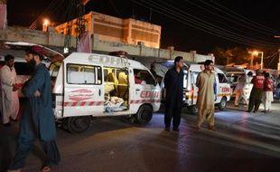 Des habitants se rassemblent le 30 mai 2015 devant l'hôpital de Quetta, dans le nord-ouest du Pakistan, autour d'une ambulance transportant les corps de victimes d'une attaque menéee par des hommes armés contre les passagers de deux cars