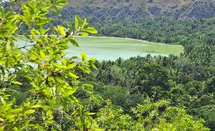 Vue sur un lac, sur l'île de Mayotte dans l'océan Indien. (illustration)