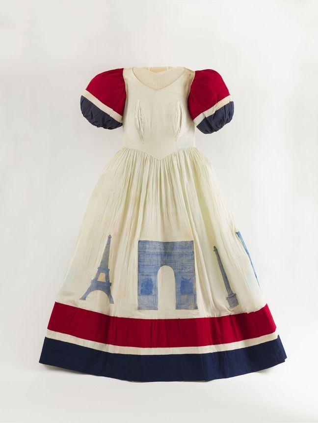 Pour fêter la Libération, une jeune femme a cousu elle-même une robe de fête portée le 25 août 1944.