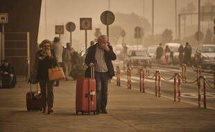 Deux passagers à la sortie de l'aéroport de Tenerife, en Espagne, le 22 février 2020.