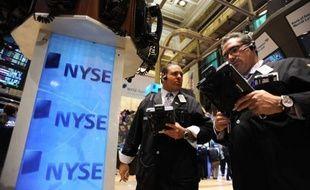 Wall Street débutait la séance en baisse lundi, les courtiers surveillant la situation dans la zone euro en l'absence de données économiques importantes aux Etats-Unis: le Dow Jones reculait de 0,14% et le Nasdaq de 0,38%.