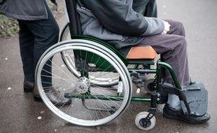 Un fauteuil roulant. La problématique d'accessibilité et de handicap.