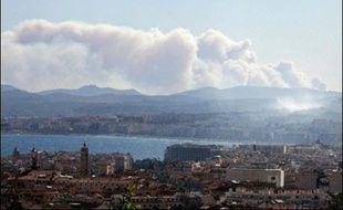 La progression de l'incendie qui a parcouru entre 400 et 450 hectares de forêt depuis mardi après-midi dans l'est du Var a été stoppée avant minuit, autorisant le millier de touristes évacués des campings de Roquebrune-sur-Argens à les regagner petit à petit.