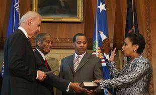 Loretta Lynch, 55 ans, prête serment devant le vice-président Joe Biden, à Washington le 27 avril 2015, devenant ainsi la première femme noire à la tête du ministère de la Justice américain.