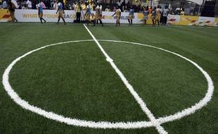 Un terrain connecté sur lequel le mouvement des joueurs crée sa propre électricité a été testé à Lagos, au Nigeria, le 10 décembre 2015.