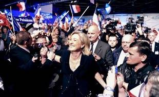 Au lendemain d'une nouvelle offensive à droite de Nicolas Sarkozy, Marine Le Pen, en meeting à Marseille, a attaqué le bilan du chef de l'Etat sur l'insécurité et promis de rétablir l'autorité, tout en se posant comme la rassembleuse d'une France en péril.