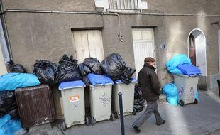 Nantes, le 22/10/2010 Un passant devant un tas d'ordures