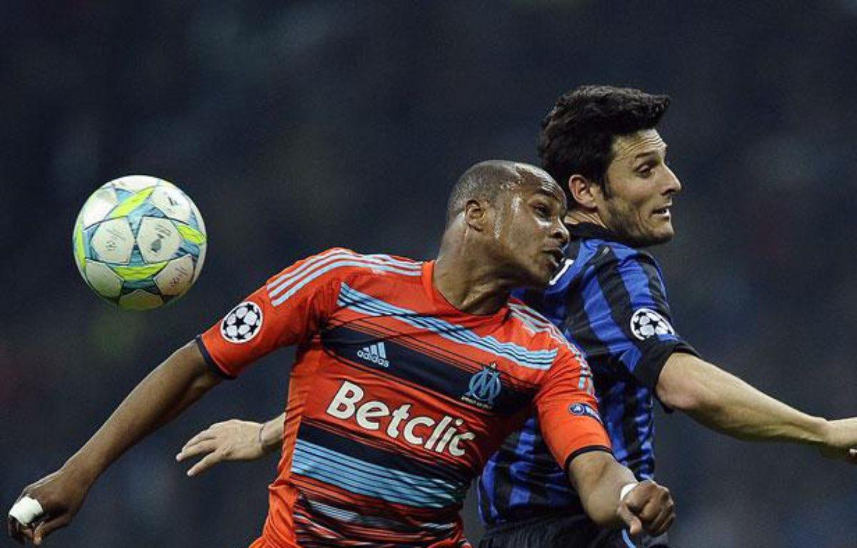 le Marseillais André Ayew face au Milanais Javier Zanetti, le 13 mars 2012, à Milan. – FILIPPO MONTEFORTE / AFP