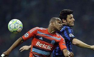 le Marseillais André Ayew face au Milanais Javier Zanetti, le 13 mars 2012, à Milan.
