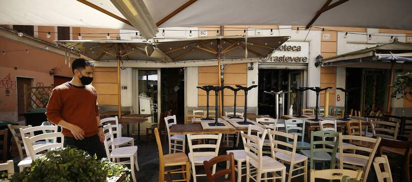 Les bars et restaurants y sont autorisés à servir en terrasse, et aussi le soir, pour la première fois depuis six mois ce lundi 26 avril 2021 en Italie.