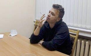 Sur cette photo publiée par la chaîne ONT le mercredi 2 juin 2021, le journaliste dissident Raman Pratasevich fume une cigarette en s'exprimant dans une vidéo d'un centre de détention à Minsk, en Biélorussie.