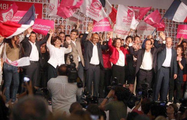 Les candidats à la primaire PS (de gauche à droite) Manuel Valls,  Martine Aubry, Arnaud Montebourg, le secrétaire général par interim Harlem Desir, Segolène Royal, Francois Hollande, Jean-Michel Baylet (PRG) à La Rochelle, le 28 août 2011.